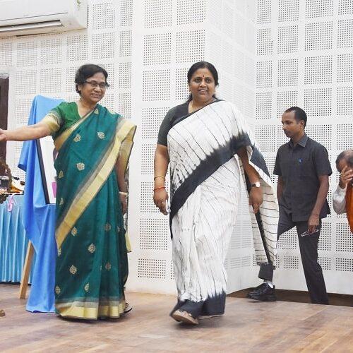 मुख्य अथिति श्रीमती नीलिमा कटियार राज्य मंत्री उच्च शिक्षा, विज्ञान व प्रौद्यगिकी उत्तर प्रदेश शासन शास्त्री भवन सभागार में आगमन
