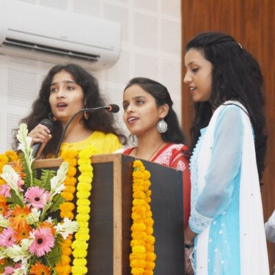 सेन महाविद्यालय की शीतल शर्मा, वैदेही द्विवेदी व इशिता मकरटीज़ ने सरस्वती वन्दना प्रस्तुत की