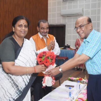 जी. पी. वर्मा द्वारा पुष्प गुच्छ भेंट कर मुख्य अथिति का सम्मान