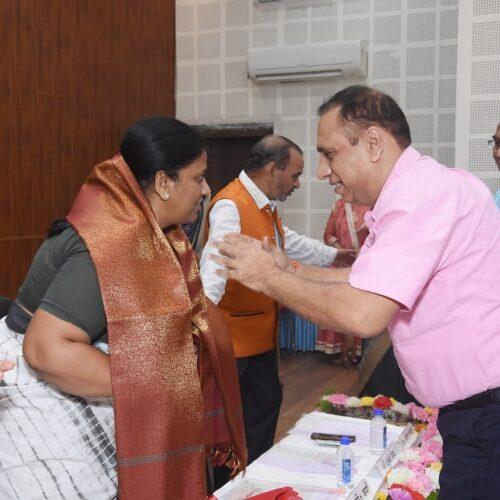उपाध्यक्ष समरेश सचदेवा द्वारा पुष्प गुच्छ भेंट कर मुख्य अथिति का सम्मान