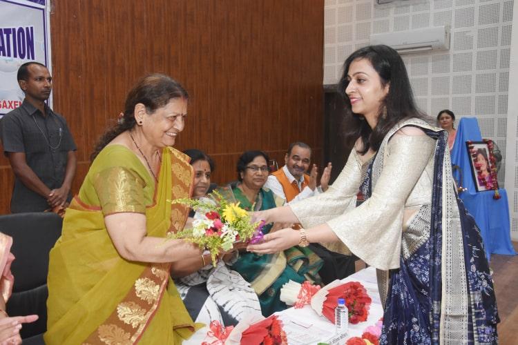 मंत्री प्रिया वर्मा द्वारा पुष्प गुच्छ भेंट कर डॉ. विजय लक्ष्मी का सम्मान