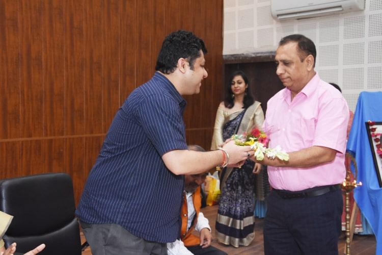 उपाध्यक्ष समरेश सचदेवा द्वारा पुष्प गुच्छ भेंट कर प्रबंधक सेन महाविद्यालय शुब्रो सेन का सम्मान