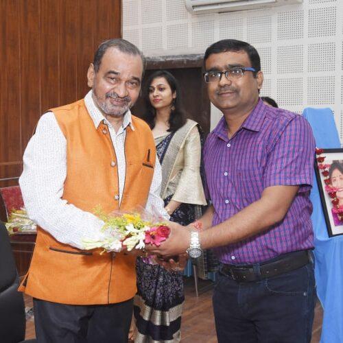 संयोजक पंकज बाजपेई द्वारा पुष्प गुच्छ भेंट कर डॉ. सुरेश अवस्थी का सम्मान