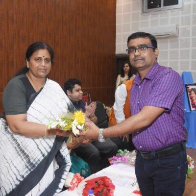 संयोजक पंकज बाजपेई द्वारा पुष्प गुच्छ भेंट कर मुख्य अथिति का सम्मान