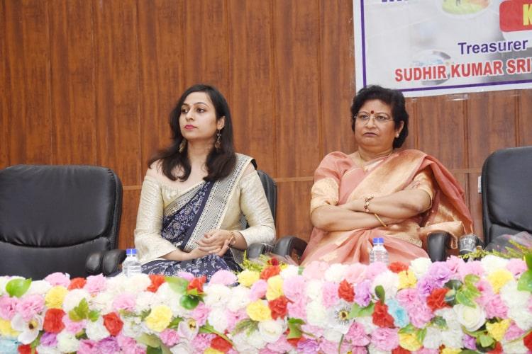 डॉ. निशा अग्रवाल व प्रिया वर्मा