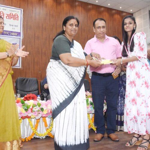 मुख्य अथिति द्वारा विजयी प्रतिभागी महिमा पांडेय को तृतीया पुरुस्कार