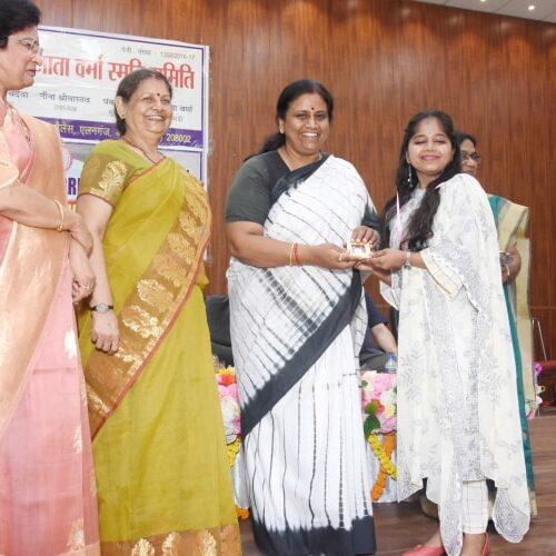 मुख्य अथिति द्वारा अंकिता श्रीवास्तवा को प्रशश्ति पत्र प्रदान किया गया