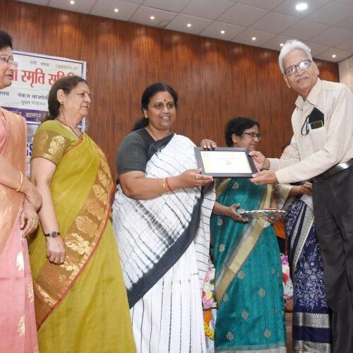 मुख्य अथिति द्वारा कवि लोकेश शुक्ल को प्रशश्ति पत्र प्रदान किया गया