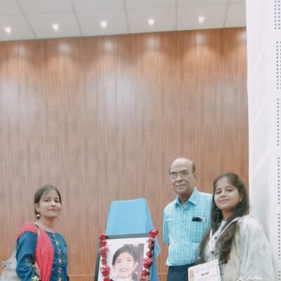 लेखन प्रतियोगिता की विजयी प्रतिभागी अमिता श्रीवास्तवा (बाएं ) तथा अंकिता श्रीवास्तवा