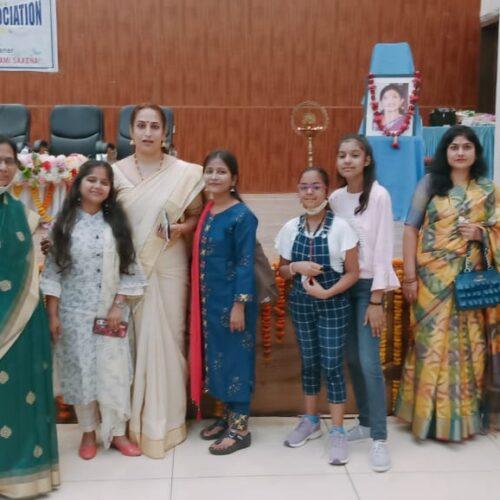 लेखन प्रतियोगिता की विजयी प्रतिभागी अंकिता श्रीवास्तवा (बाएं ) तथा अमिता श्रीवास्तवा केरल की सम्मानित डॉ. के आशा (मध्य ) के साथ